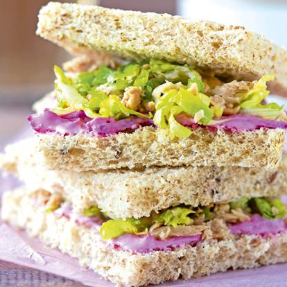 Sandwich Vegetal De Atún Con Salsa De Yogur Y Remolacha