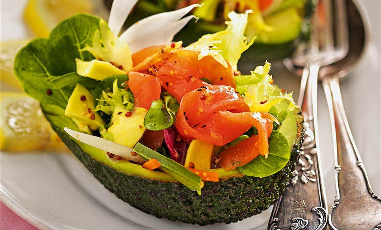 Aguacate relleno de ensalada y salm n ahumado - Ensalada con salmon y aguacate ...