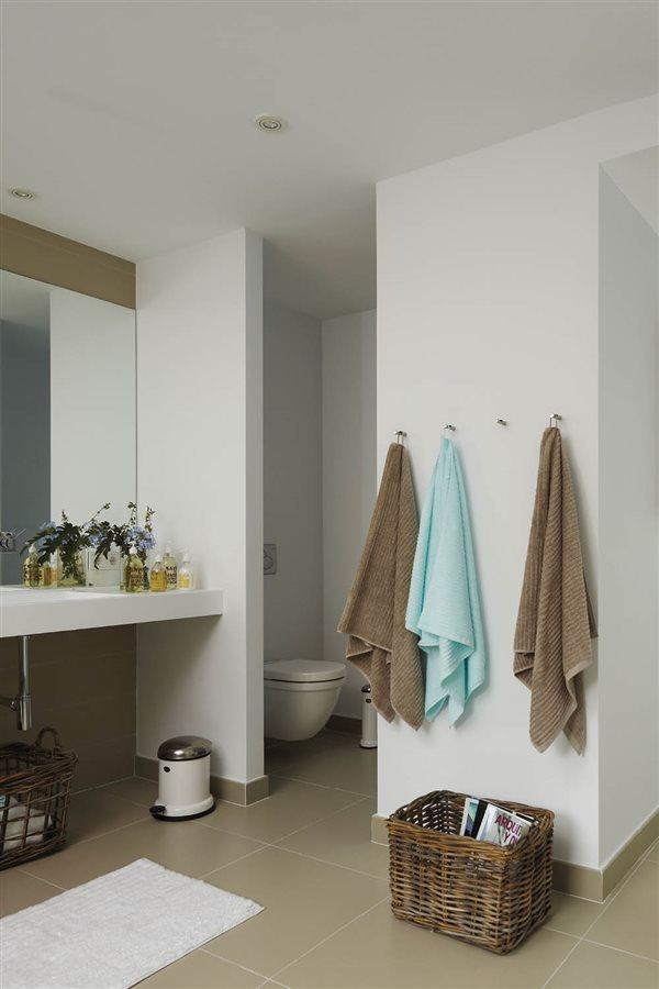 Claves para ordenar el ba o y relajarte for Colgador de toallas de bano