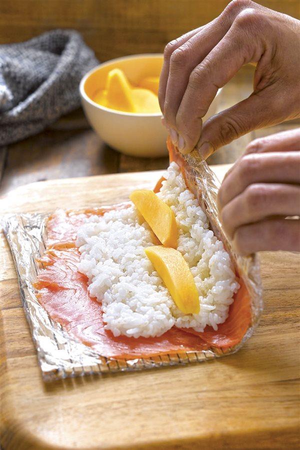 cómo hacer sushi paso a paso6 makis. Hacer los makis