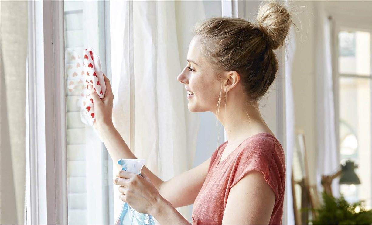 Los 20 trucos de limpieza caseros m s populares de internet - Limpia cristales casero ...
