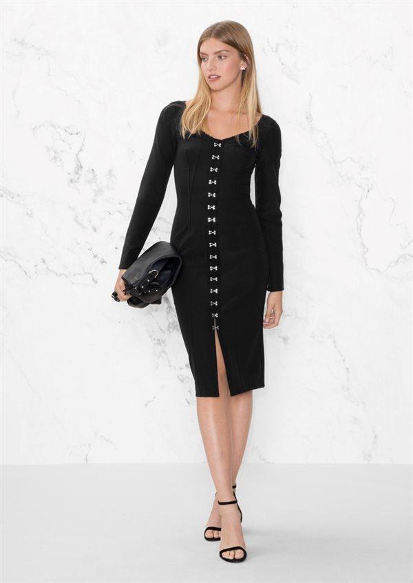 Outfit con vestido negro pegado