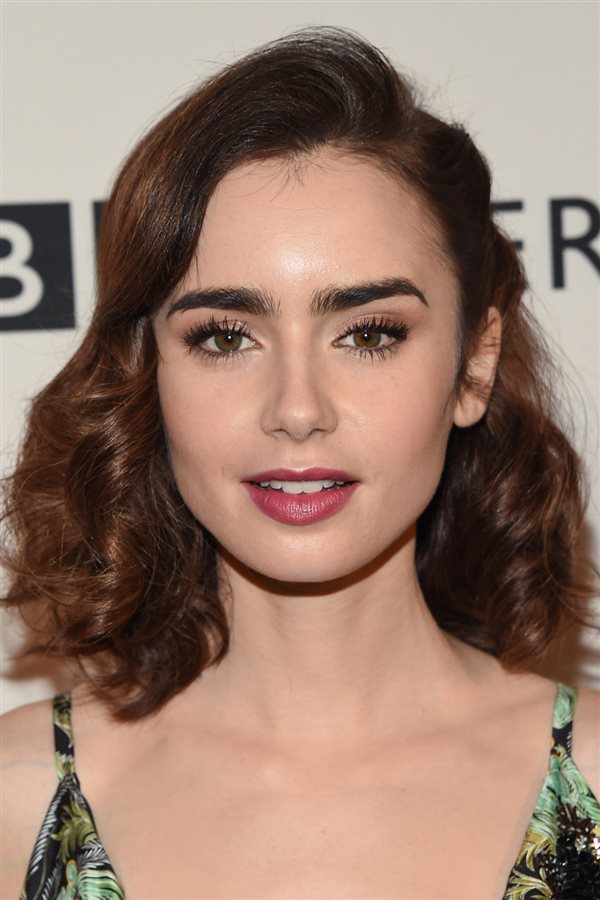 media melena Lily Collins. Lily Collins