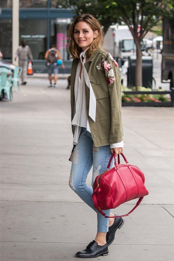 ec61a83861f zapatos planos Olivia Palermo. Con jeans y chaqueta militar