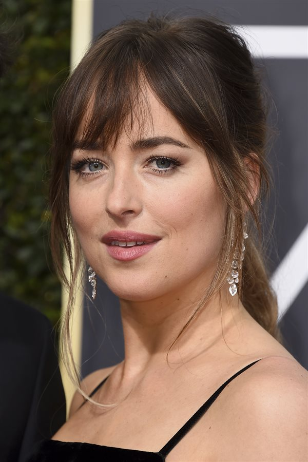 bad day hair Dakota johnson. Coleta baja