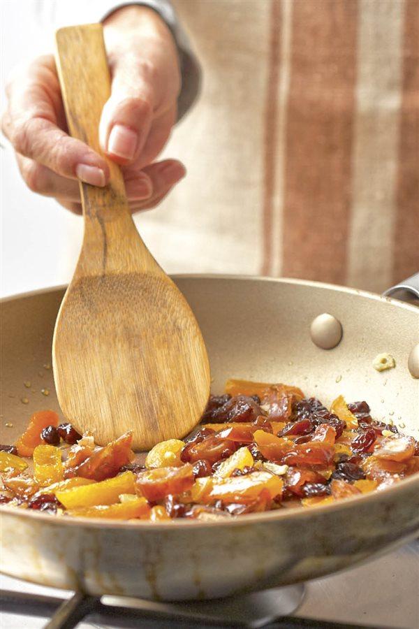 espinacas con bacalao y pasas paso a paso 2 saltear. Saltear los ajos y las frutas desecadas