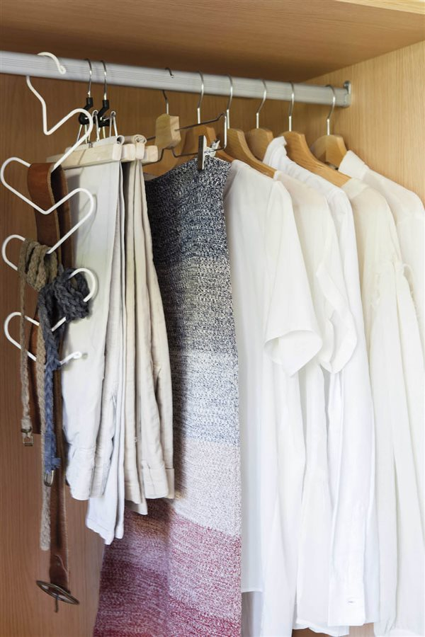Trucos para organizar el armario con el m todo de marie kondo for Colgadores para perchas