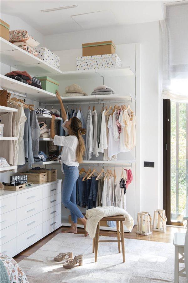 Trucos para organizar el armario con el m todo de marie kondo - Ordenar armarios de ropa ...