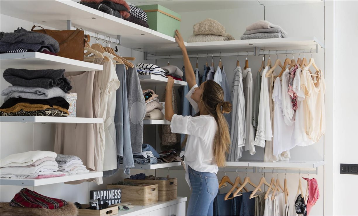 Trucos para organizar el armario con el m todo de marie kondo - Como organizar armarios ...