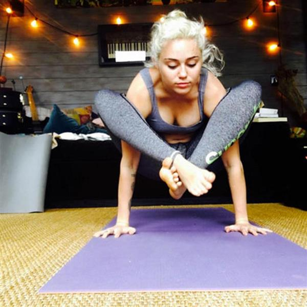 Las posturas de yoga que te van a cambiar la vida MILEY CYRUS copia. Presión d440877d122e