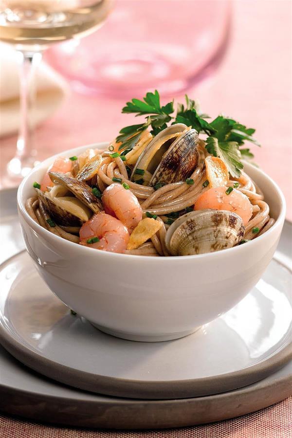 Espaguetis con gambas y almejas bajos en calorías