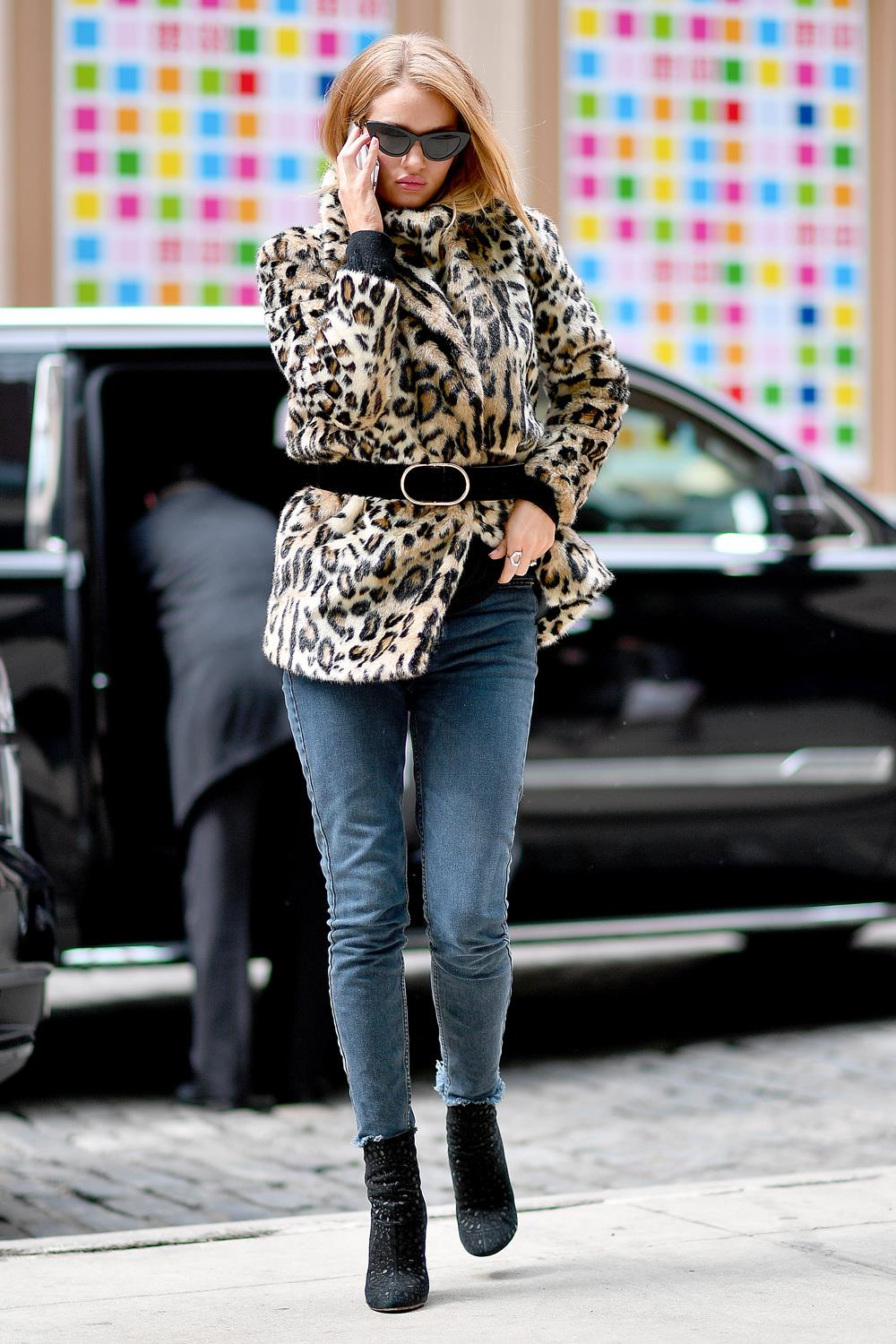 estampado leopardo Rosie Huntington Whiteley 2. Con jeans