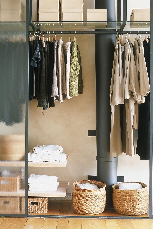 533b2338c6b ordenar-armario-perchas-colgar-maximo-ropa-posible. El momento