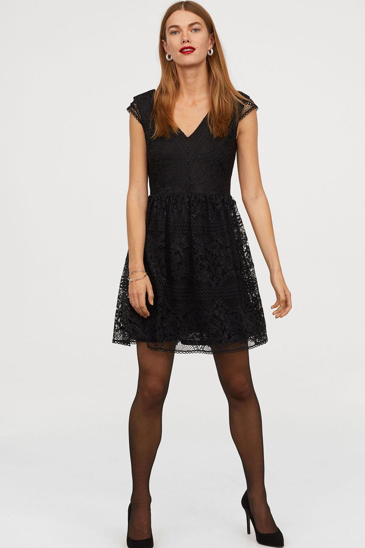 Vestidos cortos con medias negras y botines