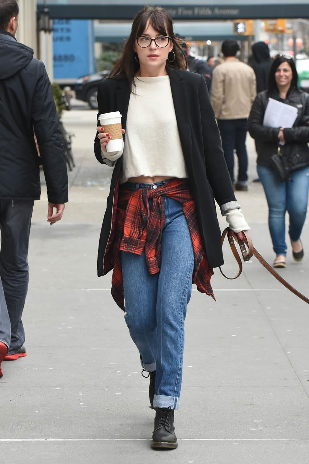 look con dr martens dakota johnson. Con una americana