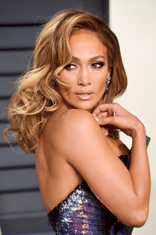 Jennifer Lopez. Cara ovalada y media melena: Â¡vivan los rizos!