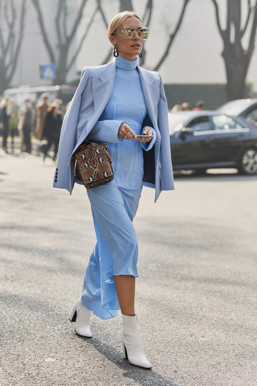 Cómo Combinar Un Vestido Azul Sin Caer En Los Tópicos