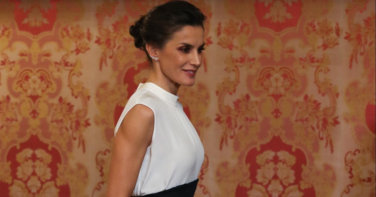 Letizia saca su versión más elegante con una falda eco de H&M