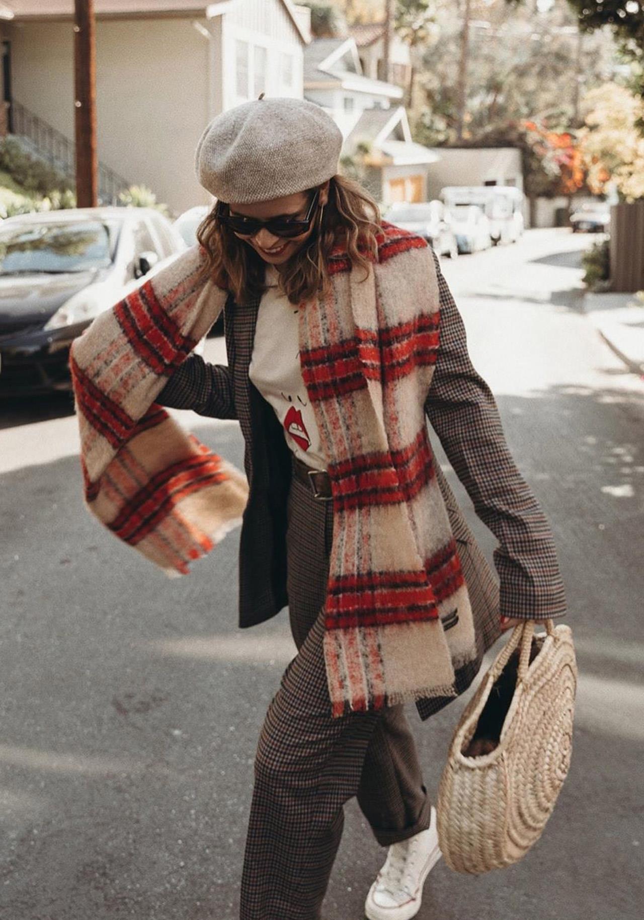 12 formas de llevar bufandas y pañuelos según las reinas del streetstyle