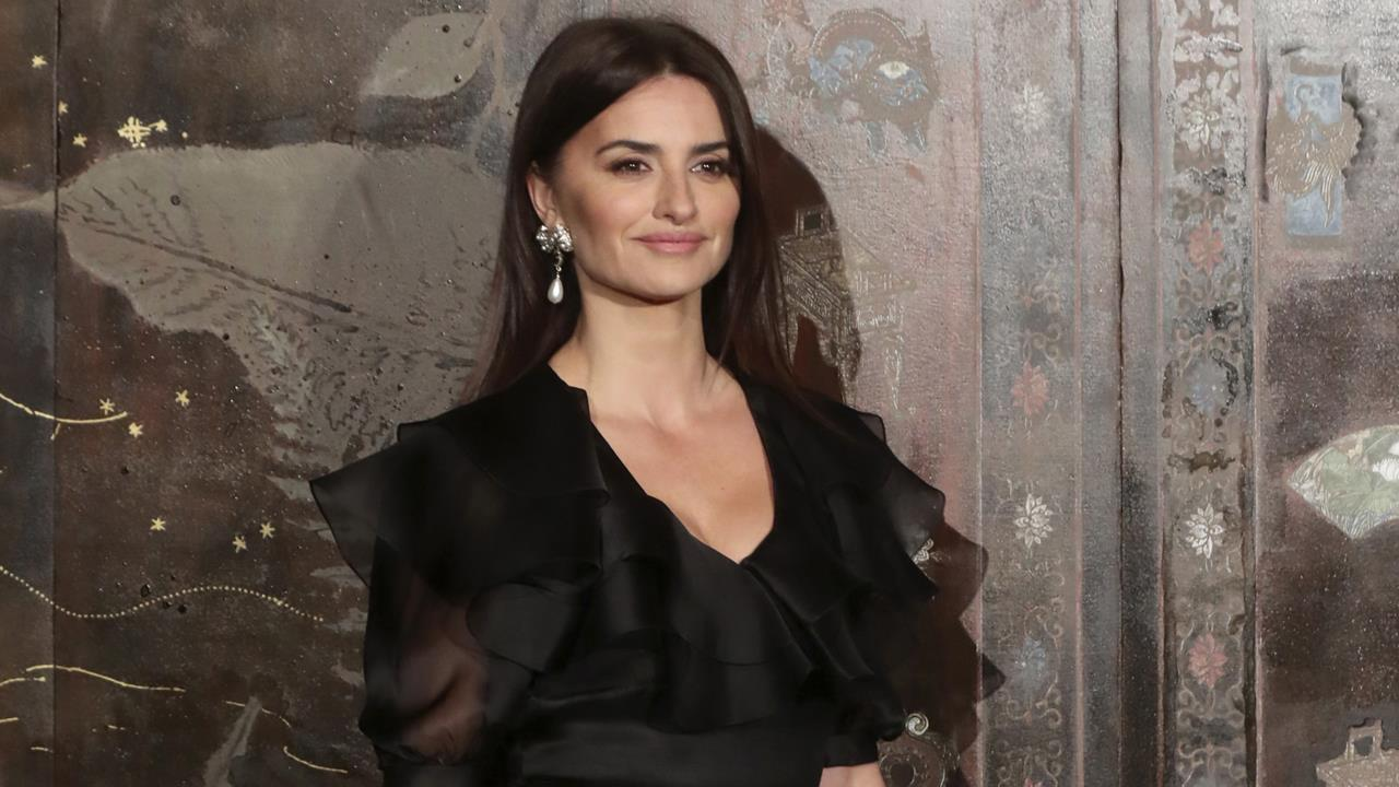 Penélope Cruz presume de piernas en París con un 'little black dress' de Chanel de volantes y falda ¡de plumas!