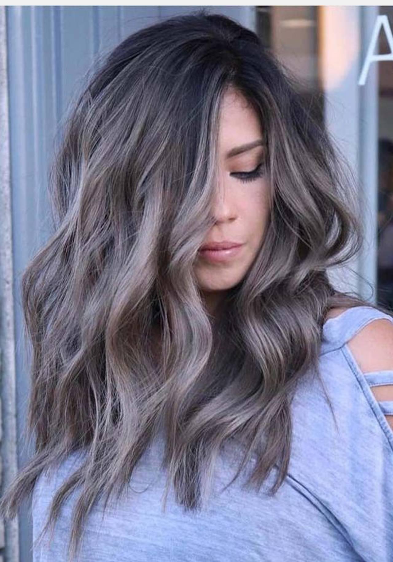 Color de cabello para una morena 2020