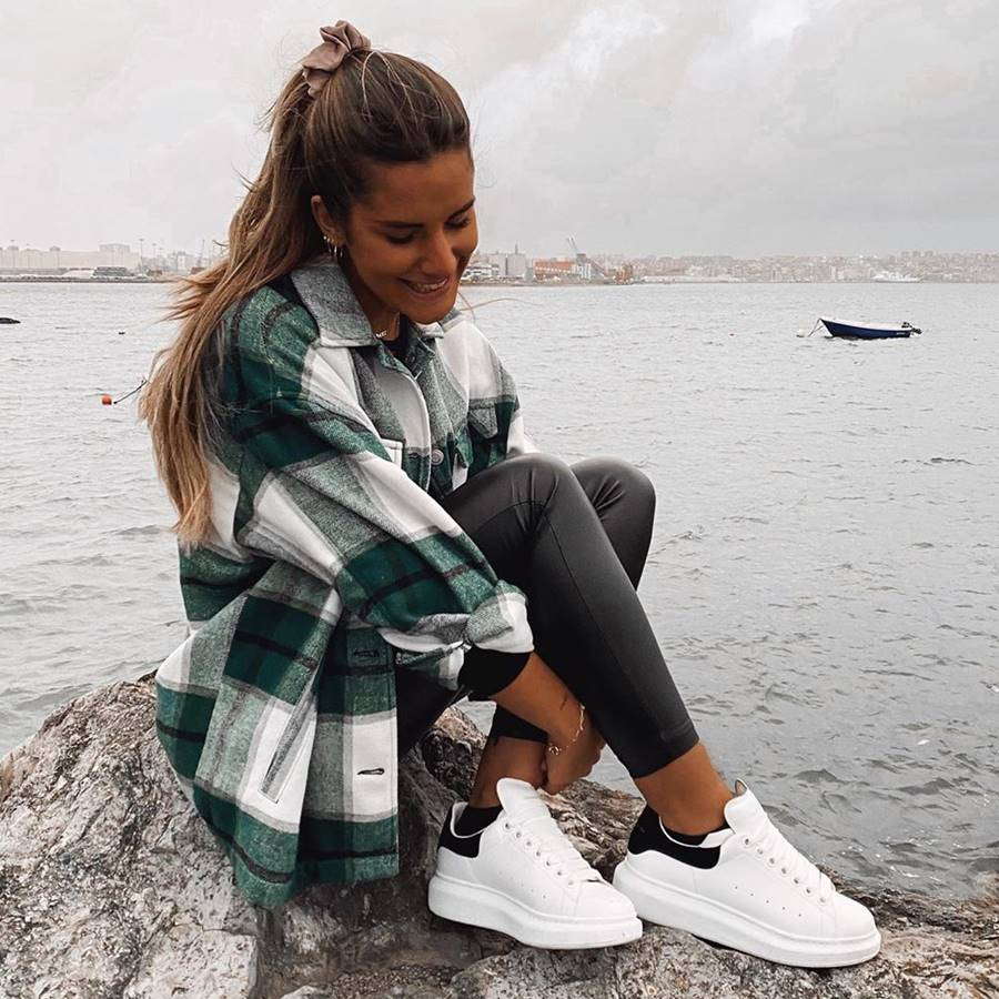 10 looks con zapatillas blancas: ideas de estilo vistas en Instagram