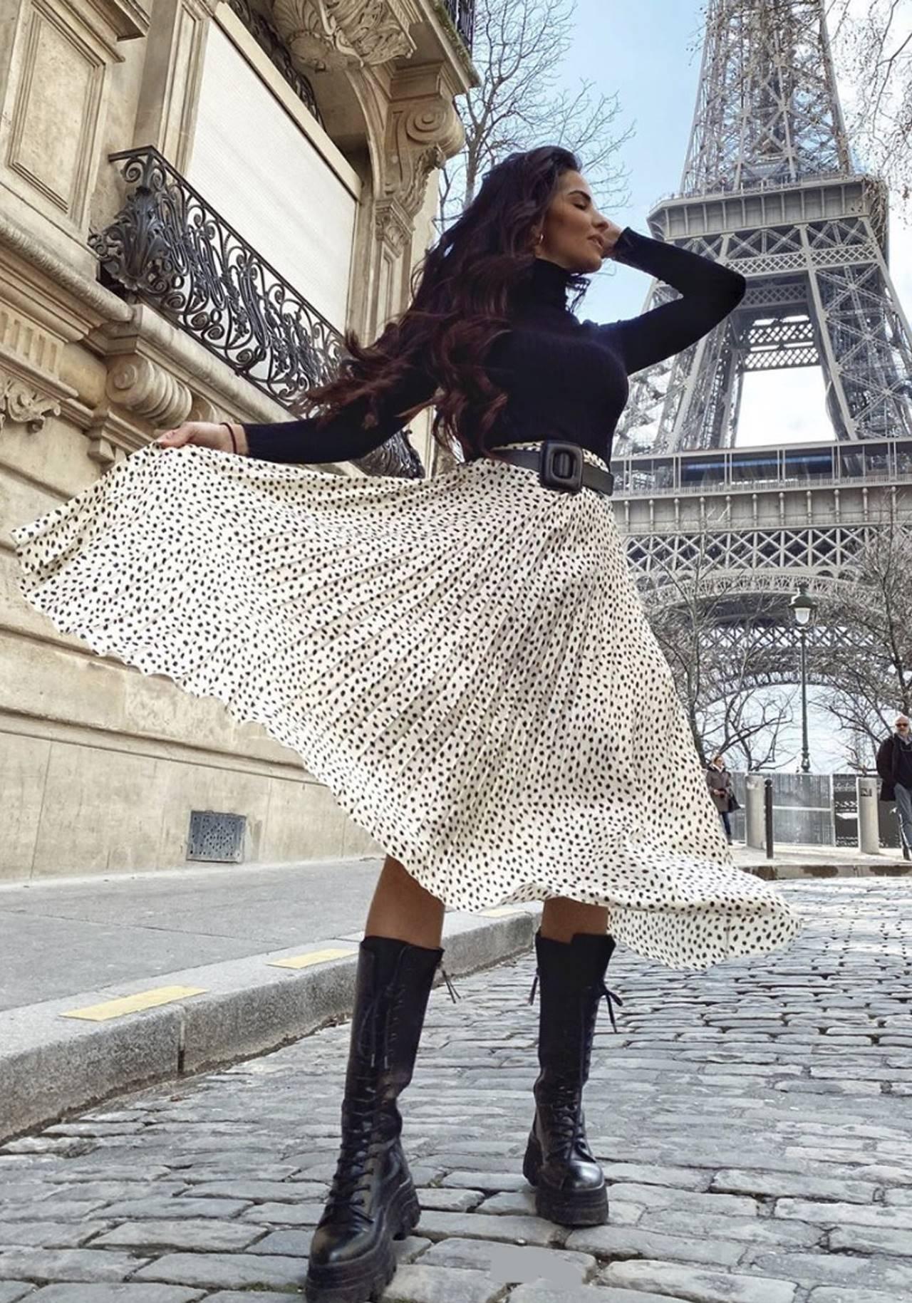 Marta soriano combina con botas track la falda midi de Zara que parece de boda