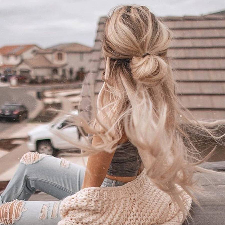 El half-up bun vuelve a estar de moda: el (des) peinado más fácil del verano