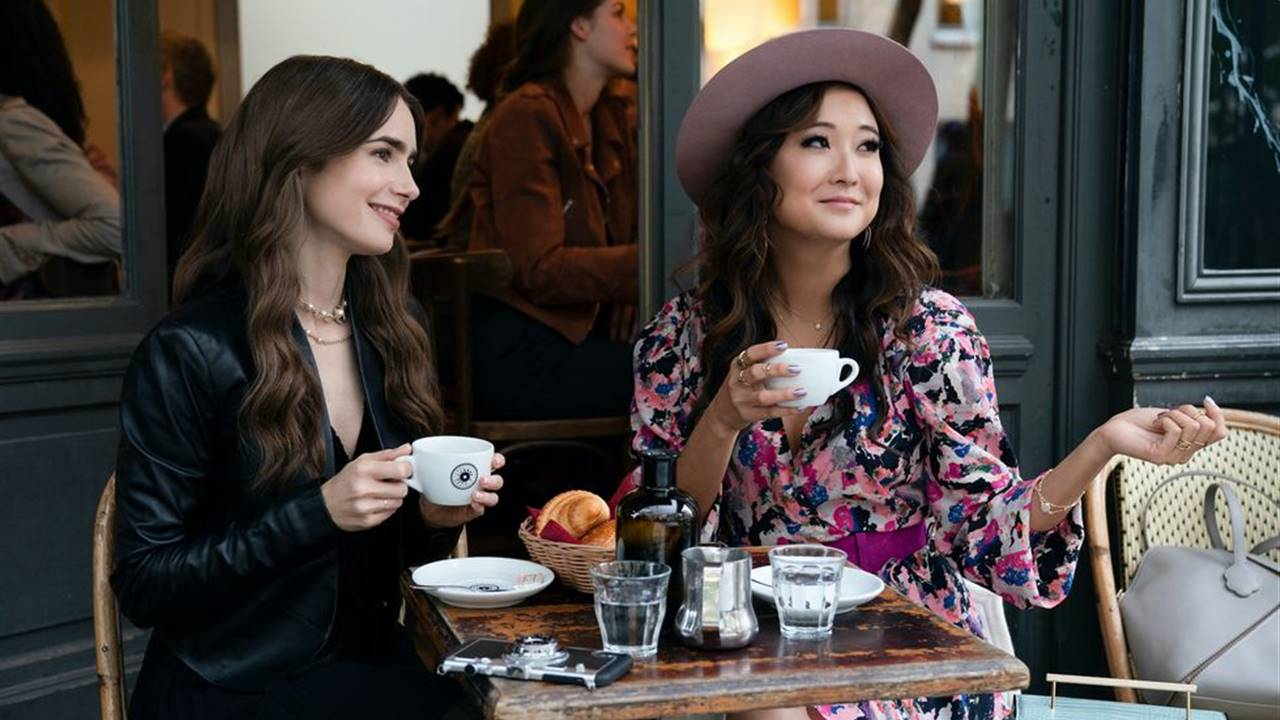 "Copia los looks de ""Emily in Paris"" que están arrasando 👗"