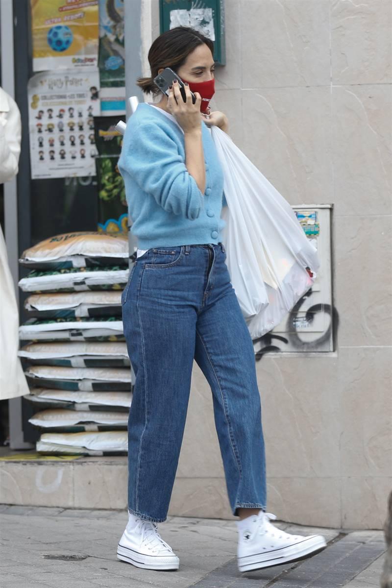 Tamara Falcó look with mom jeans