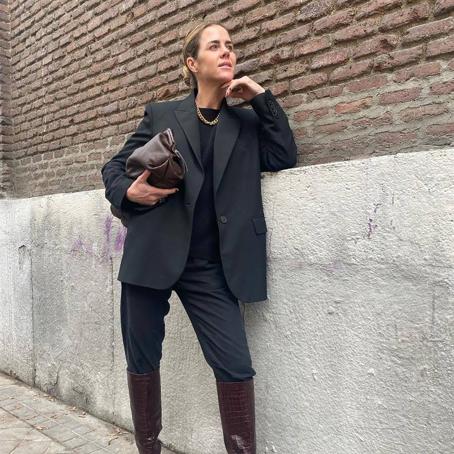 El total look negro de Amelia Bono ideal para copiar en febrero